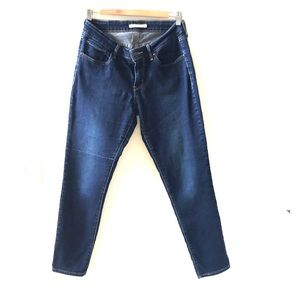 jeans 811 curvy skinny. Small snag on right leg